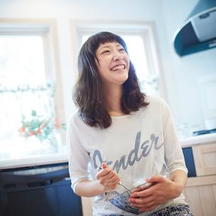 料理をする若い女性の写真素材 [FYI02616027]