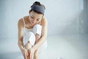 足をマッサージする女性の写真素材 [FYI02616031]