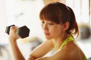 ダンベルでトレーニングをする女性の写真素材 [FYI02616041]