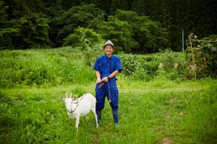 ヤギと笑顔の農夫の写真素材 [FYI02616081]
