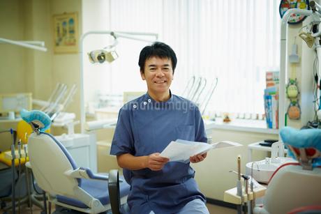 笑顔の歯科医師の写真素材 [FYI02616090]