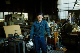 笑顔の工場作業員の写真素材 [FYI02616092]