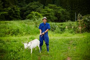 ヤギと笑顔の農夫の写真素材 [FYI02616141]