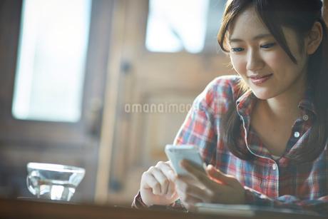スマートフォンを操作する女性の写真素材 [FYI02616144]