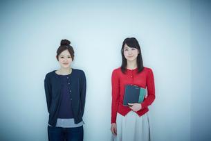 2人の女子大生のポートレートの写真素材 [FYI02616153]