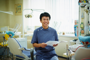 笑顔の歯科医師の写真素材 [FYI02616166]