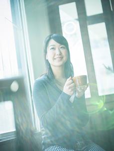 コーヒーカップを持つ女性の写真素材 [FYI02616177]