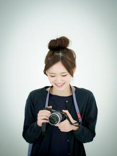 カメラを持つ女性の写真素材 [FYI02616180]