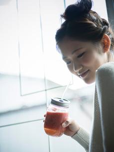 スムージーを持つ女性の写真素材 [FYI02616186]