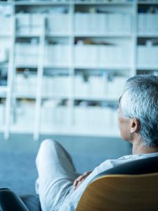 椅子に座りくつろぐシニア男性の写真素材 [FYI02616225]