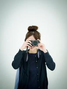 カメラを構える女性の写真素材 [FYI02616238]