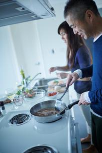 料理をするミドル夫婦の写真素材 [FYI02616254]