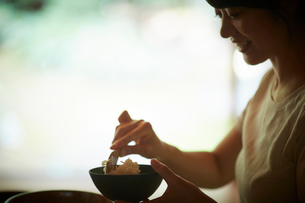 ご飯をよそう日本人女性の写真素材 [FYI02616261]