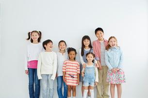 日本人と外国人の子供たち8人の写真素材 [FYI02616274]