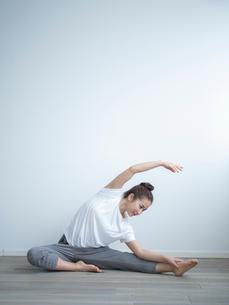 ストレッチをする女性の写真素材 [FYI02616301]