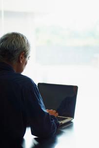 ノートパソコンを操作するシニア男性の写真素材 [FYI02616314]
