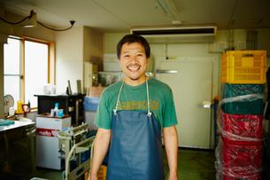 エプロンをつけた氷店の笑顔の男性の写真素材 [FYI02616324]