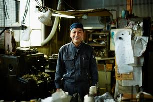 笑顔の工場作業員の写真素材 [FYI02616347]