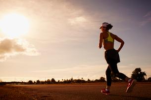 ランニングをする女性の写真素材 [FYI02616369]