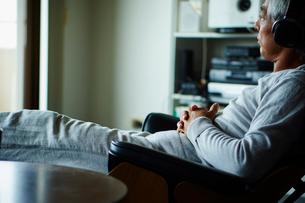 ヘッドフォンで音楽を聴くシニア男性の写真素材 [FYI02616386]
