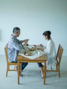 食事をするミドル夫婦の写真素材 [FYI02616398]