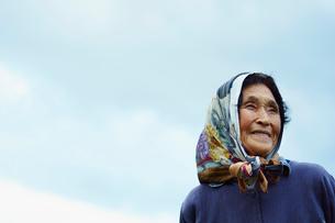 笑顔の農婦と空の写真素材 [FYI02616399]