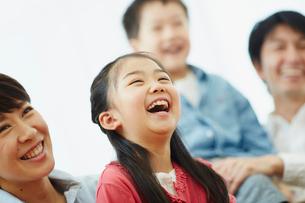 家族と一緒に笑う女の子の写真素材 [FYI02616417]