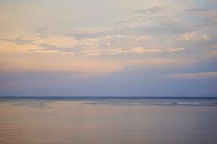 夕焼け空と海の写真素材 [FYI02616430]