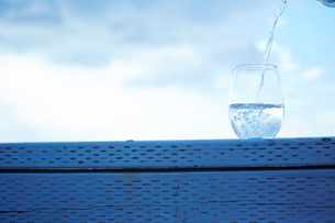 グラスに注ぐ水の写真素材 [FYI02616435]