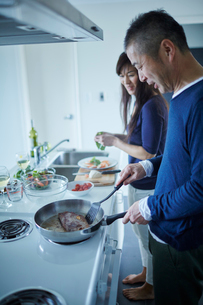 料理をするミドル夫婦の写真素材 [FYI02616436]