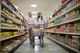スーパーマーケットで買い物をする夫婦の写真素材 [FYI02616438]