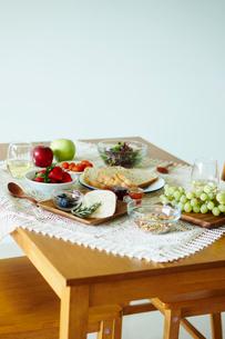 テーブルの上の朝食の写真素材 [FYI02616450]