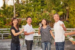 シャンパンシャワーを楽しむ2組の夫婦の写真素材 [FYI02616461]