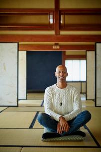 和室に座る外国人男性の写真素材 [FYI02616484]