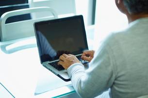 ノートパソコンを操作するシニア男性の写真素材 [FYI02616498]