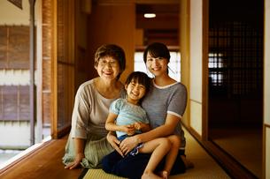 縁側でくつろぐ三世代女性ファミリーの写真素材 [FYI02616503]