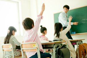 教室で授業を受ける小学生の写真素材 [FYI02616510]