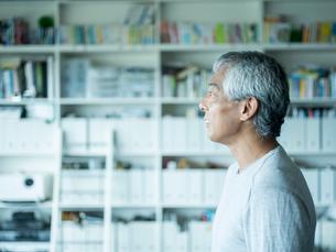シニア男性の横顔の写真素材 [FYI02616520]
