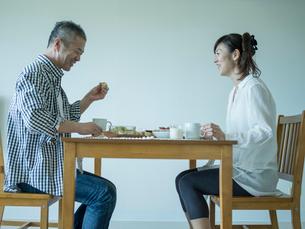 食事をするミドル夫婦の写真素材 [FYI02616521]
