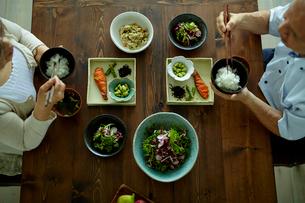 食事をするシニア夫婦の写真素材 [FYI02616523]