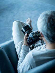 カメラを持つシニア男性の写真素材 [FYI02616530]