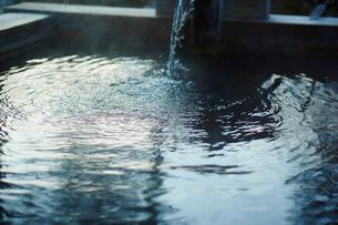 温泉の湯船の写真素材 [FYI02616548]