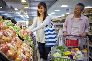 スーパーマーケットで買い物をする夫婦の写真素材 [FYI02616562]