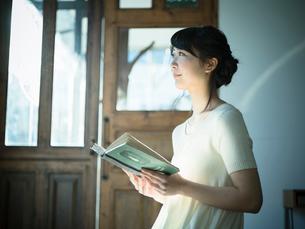 本を読む女性の写真素材 [FYI02616564]