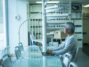 オフィスで仕事をするシニア男性の写真素材 [FYI02616580]