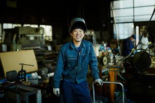笑顔の工場作業員の写真素材 [FYI02616598]