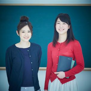 2人の女子大生のポートレートの写真素材 [FYI02616602]