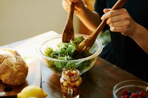 サラダを作る女性の写真素材 [FYI02616604]