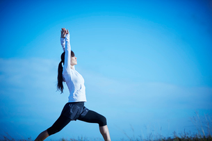 ヨガをするミドル女性の写真素材 [FYI02616608]