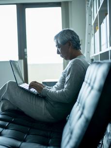 ノートパソコンを操作するシニア男性の写真素材 [FYI02616612]